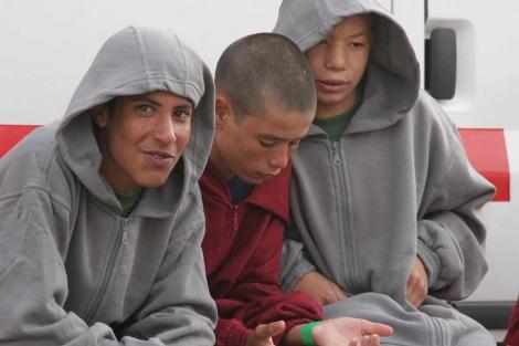 Tres menores llegados en una balsa a Tarifa en 2010. fotos de F. Ledesma para El Mundo