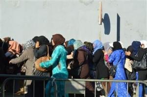 Mujeres marroquíes, cruzando la frontera del Tarajal/A.S.