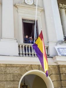 Izado de la bandera republicana el pasado 14 de abril en el ayuntamiento de Cádiz. Luego, en una decisión bochornosa y antidemocrática fue retirada pro orden de una juez a instancia de la Subdelegación del Gobierno