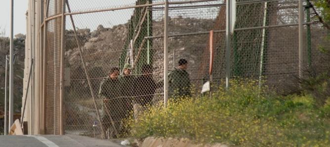 Varios soldados del ejército de Marruecos acompañan a un inmigrante en suelo español- (MIKEL OIBAR) - Cadena SER