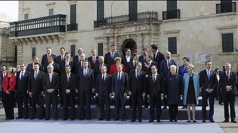 Siniestra foto de familia de la cumbre de La Valette