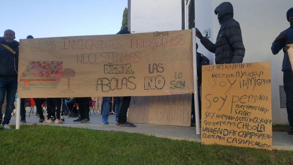 Peticiones de personas migrantes en una concentración de octubre de 2019. Foto: APDHA