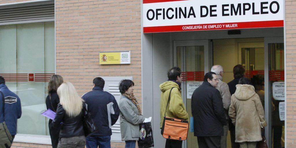 MD04. MADRID, 03/12/08.- Un grupo de personas hacen hoy cola en la entrada de una oficina de empleo de la Comunidad de Madrid. El paro llegó en noviembre a 2.989.269 personas, creciendo a una media de 5.708 al día, por lo que hoy se superan los 3 millones de desempleados. EFE/Victor Lerena
